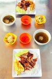 Traditioneel Aziatisch voedsel Verse roereieren met rijst en geroosterd vlees royalty-vrije stock foto