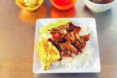 Traditioneel Aziatisch voedsel Verse roereieren met rijst en geroosterd vlees royalty-vrije stock foto's
