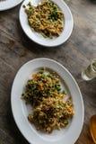 Traditioneel Balinees voedsel genoemd lawar Lawar is dat met groenten, lange bonen en kruiden wordt gemengd dan gelijk bewogen ge stock afbeeldingen