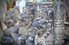 Traditioneel beeldhouwwerk in oude tempel, Thailand stock afbeelding