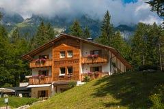 Traditioneel bergchalet in het Tovel-meer, Trentino, Italië royalty-vrije stock afbeelding