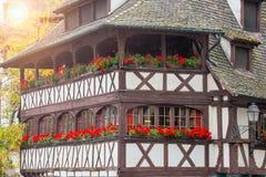 Traditioneel betimmerd huis in tenger Frankrijk, Straatsburg, de Elzas Stock Foto's