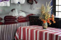 Traditioneel binnenland van de oude Oekraïense hut stock fotografie