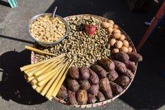 Traditioneel Birmaans straatvoedsel in Yangon, Myanmar Stock Afbeelding