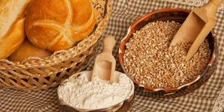 Traditioneel brood met ingrediënten Stock Fotografie