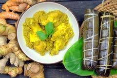 Traditioneel Bugis-mensenvoedsel, Kip met kruiden en kruiden Stock Foto's