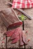 Traditioneel Bulgaars droog die vlees met roze peper wordt verfraaid Stock Foto's