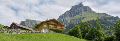 Traditioneel chalet in Engelberg op Zwitserland stock afbeeldingen