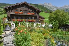 Traditioneel chalet in Engelberg op Zwitserland stock fotografie