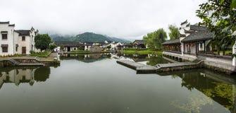 Traditioneel Chinees dorp langs een rivier Stock Foto's