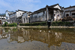 Traditioneel Chinees dorp met rivier stock afbeelding