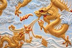 Traditioneel de kunstbeeldhouwwerk van de close-up van gouden draak Royalty-vrije Stock Afbeelding