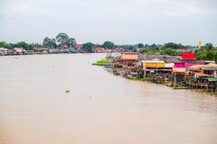 Traditioneel de rivieroeverdorp van Thailand Stock Afbeelding