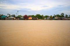 Traditioneel de rivieroeverdorp van Thailand dichtbij Bangkok Stock Foto