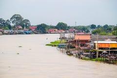 Traditioneel de rivieroeverdorp van Thailand dichtbij Bangkok Stock Foto's