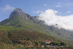 Traditioneel die huis bij de berg wordt gevestigd Stock Afbeelding
