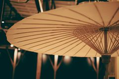 Traditioneel die parapluhandvat door hout en stof wordt gemaakt Stock Foto
