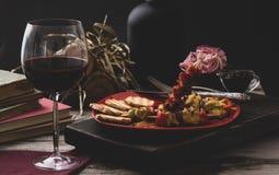 Traditioneel diner in een buitenhuis Vlees met groenten en brood Hartelijke en smakelijke schotel Menuachtergrond voor koffie en stock foto