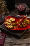 Traditioneel diner in een buitenhuis Vlees met groenten en brood Hartelijke en smakelijke schotel Menuachtergrond voor koffie en stock foto's