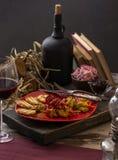 Traditioneel diner in een buitenhuis Vlees met groenten en brood Hartelijke en smakelijke schotel Menuachtergrond voor koffie en royalty-vrije stock foto's