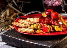 Traditioneel diner in een buitenhuis Vlees met groenten en brood Hartelijke en smakelijke schotel Menuachtergrond voor koffie en royalty-vrije stock afbeelding