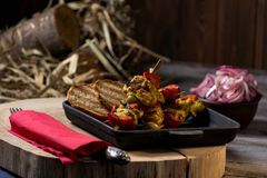 Traditioneel diner in een buitenhuis Vlees met groenten en brood Hartelijke en smakelijke schotel Menuachtergrond voor koffie en royalty-vrije stock afbeeldingen