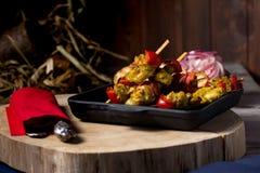 Traditioneel diner in een buitenhuis Vlees met groenten en brood Hartelijke en smakelijke schotel Menuachtergrond voor koffie en stock afbeelding