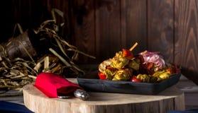 Traditioneel diner in een buitenhuis Vlees met groenten en brood Hartelijke en smakelijke schotel Menuachtergrond voor koffie en royalty-vrije stock fotografie