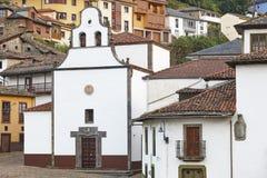 Traditioneel dorp in Asturias met antieke kerk Cangas Narc stock fotografie