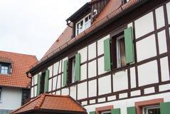 Traditioneel Duits dorp helft-betimmerd huis met houten decoratie en groene blinden van de vensters Royalty-vrije Stock Fotografie