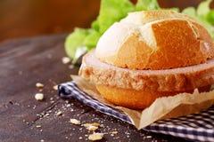Traditioneel Duits vleesbrood op een vers kernachtig broodje stock foto