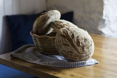 Traditioneel eigengemaakt Zuurdesembrood in de mand Stock Afbeelding