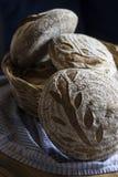 Traditioneel eigengemaakt Zuurdesembrood in de mand Royalty-vrije Stock Foto's