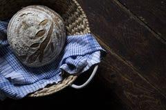 Traditioneel eigengemaakt Zuurdesembrood in de mand Stock Foto's