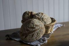 Traditioneel eigengemaakt Zuurdesembrood in de mand Royalty-vrije Stock Afbeelding