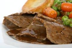 Traditioneel Engels braadstuk met Yorkshire pudding & de zomer veg Royalty-vrije Stock Afbeeldingen