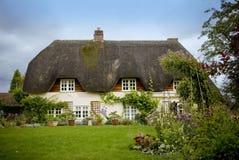 Traditioneel Engels met stro bedekt landplattelandshuisje Royalty-vrije Stock Fotografie