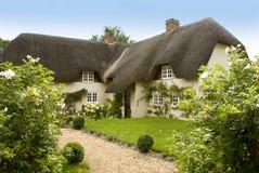 Traditioneel Engels met stro bedekt landplattelandshuisje Royalty-vrije Stock Afbeeldingen