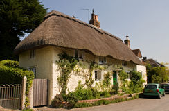 Traditioneel Engels met stro bedekt plattelandshuisje Stock Fotografie