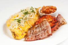 Traditioneel Engels ontbijt met bonen, ham, omelet, tomaat a stock afbeeldingen