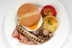 Traditioneel Engels ontbijt met ei, ham, aardappel, worst Royalty-vrije Stock Foto