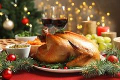 Traditioneel feestelijk diner met heerlijk geroosterd Turkije stock fotografie
