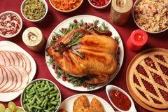 Traditioneel feestelijk diner met heerlijk geroosterd Turkije dat op lijst wordt gediend stock afbeelding