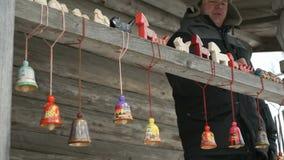 Traditioneel feestelijk kleurrijk Russisch houten speelgoed stock video