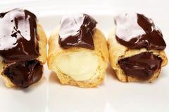 Traditioneel Frans dessert Eclair met chocoladesuikerglazuur Pasteryconcept met chocolade eclair royalty-vrije stock foto