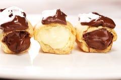 Traditioneel Frans dessert Eclair met chocoladesuikerglazuur Pasteryconcept met chocolade eclair stock fotografie