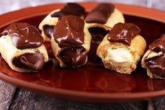 Traditioneel Frans dessert Eclair met chocoladesuikerglazuur Pasteryconcept met chocolade eclair stock afbeeldingen