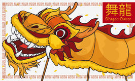 Traditioneel Geel Chinees Dragon Dance met Confettien voor Nieuwjaar, Vectorillustratie Stock Foto's