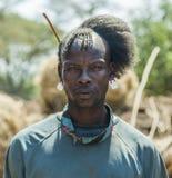 Traditioneel geklede mens van Tsemay-stam Omovallei ethiopië Stock Foto's