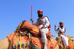 Traditioneel geklede Rajastani-mensen op kamelen Stock Afbeelding